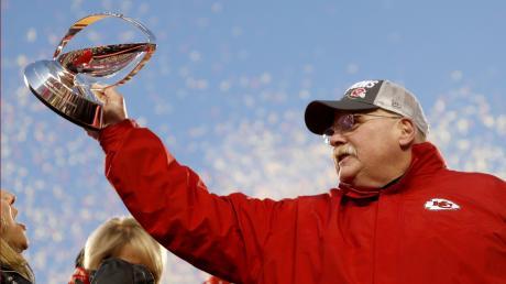 Trainer mit Trophäe: Andy Reid, Coach der Kansas City Chiefs, mit dem Halbfinal-Pokal. Im Super Bowl treffen die Chiefs auf San Francisco, die sich gegen Green Bay durchsetzten.