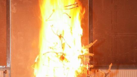 Eine Kerze geriet in Schieflage und setzte den ausgetrockneten Baum sofort in Brand.