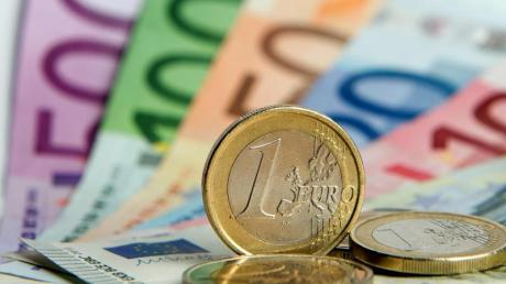 Immer mehr Arbeitnehmer zahlen in Deutschland den für Top-Verdiener gedachten Spitzensteuersatz.
