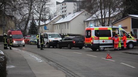Bei einem Zusammenstoß zwischen einem Kleinbus und einem Auto wurden mehrere Schüler verletzt.