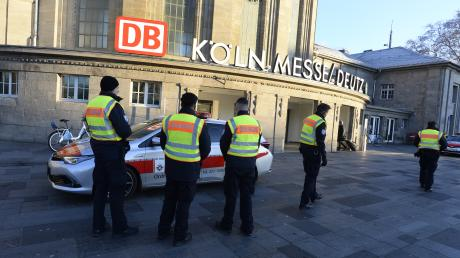 Der Bahnhof Köln Messe/Deutz liegt in der Sicherheitszone, die für die Entschärfung einer Weltkriegsbombe am Rheinufer eingerichtet wurde. Reisende müssen mit Störungen rechnen.