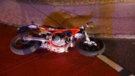 Mit diesem Leichkraftrad waren zwei junge Männer unterwegs, ehe sie mit einem Auto in der Parkstadt zusammenstießen. Die beiden wurden bei dem Unfall schwer verletzt.