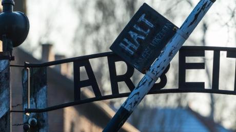 Blick auf das Eingangstor des ehemaligen deutschen Konzentrationslagers Auschwitz mit dem zynischen Schriftzug «Arbeit macht frei».