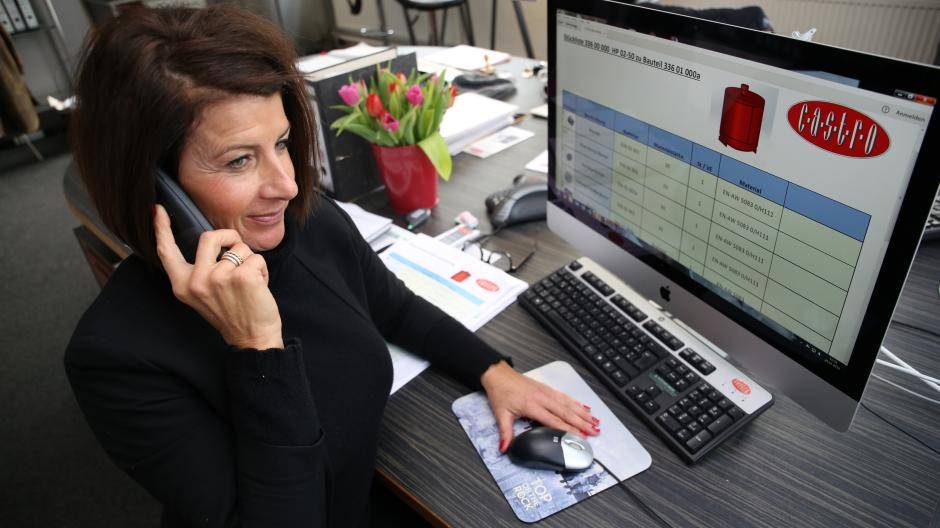 Im Büro der Firma Castro in Augsburg geht eine Bestellung für einen Feuerlöscher ein. In Susi Massaris Computer stehen die genauen Maße der Feuerlöschermodelle.