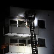Die Feuerwehr fuhr mit einer Drehleiter an die brennende Wohnung im sechsten Stock, um das Feuer zu löschen.