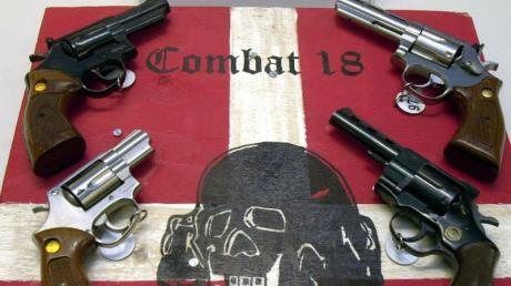 Sichergestellte Waffen der Neonazi-Gruppe «Combat 18» im schleswig-holsteinischen Landeskriminalamt in Kiel.