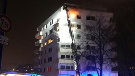 Zahlreiche Feuerwehrleute sind am Mittwochabend zu einem Mehrfamilienhaus in Neusäß ausgerückt. Dort schlugen Flammen aus dem sechsten Stock.