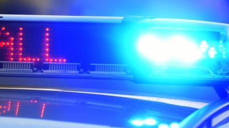 Ein Polizeifahrzeug an einer Unfallstelle.