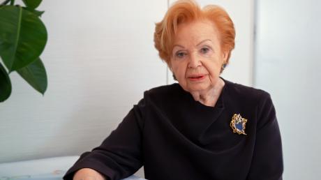 Ruth Melcer wurde 1935 als Ryta Cukierman in Polen geboren. Nachdem sie mit ihren Eltern zunächst in ein Arbeitslager verschleppt worden war, kam sie 1944 nach Auschwitz.