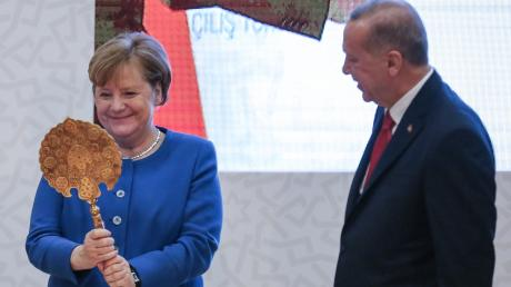 Ein Spiegel als Gastgeschenk: Beim Treffen von Angela Merkel und Präsident Recep Tayyip Erdogan ging es anschließend weniger harmonisch zu: Beide stritten offen vor der Weltpresse über die Libyen-Politik.