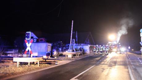 An diesem Bahnübergang in Kaltenberg beschädigte ein Traktor mit Anhänger die Oberleitung der Bahnlinie.