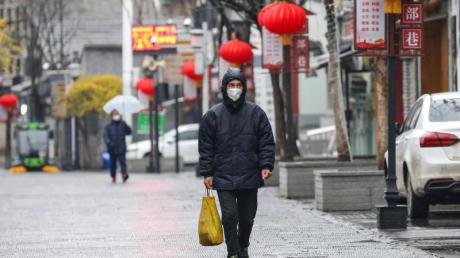 Die chinesische Stadt Wuhan gilt als Ursprungsort des Coronavirus. Nun riegeln Behörden die Stadt ab. Zudem sollen mehrere Kliniken in Schnellbauweise entstehen.