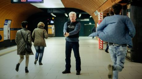 """Ivo Batic (Miroslav Nemec) mit gezückter Waffe am U-Bahnhof Marienplatz: Szene aus dem München-Tatort """"Unklare Lage"""", der heute am Sonntag im Ersten läuft."""