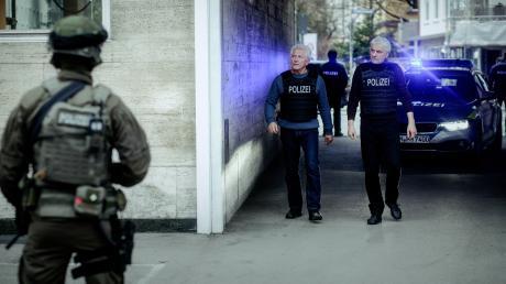 """Nachdem das SEK den Einsatzort gesichert hat, erscheinen die Ivo Batic (Miroslav Nemec) und Franz Leitmayr (Udo Wachtveitl): Szene aus dem München-Tatort """"Unklare Lage""""."""