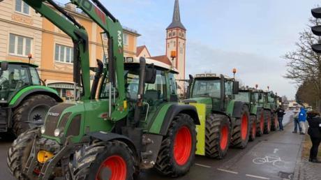 Bauern protestieren in Mindelheim, wo Landwirtschaftsministerin Michaela Kaniber bei der CSU zu Gast ist.