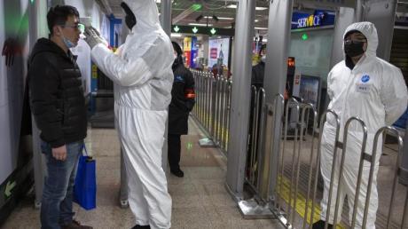 Temperaturkontrollen in einer U-Bahn-Station in Peking.