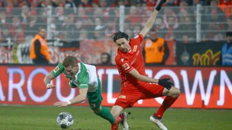 Erstmals wieder in der Startelf, doch ohne Fortune: FCA-Spieler André Hahn (links) kollidierte im Spiel gegen Union öfters mit dem Ex-Dortmunder Neven Subotic, der schließlich auch das 1:0 für die Berliner schoss.