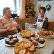 Mit schwäbischen Spezialitäten kennen sich Maria Egle (links) und Maria Stussak (rechts) bestens aus. Die beiden Nordholzerinnen zeigen, wie man Apfelnudeln, Kartoffelwürste, Krapfen und Kiachla zubereitet.
