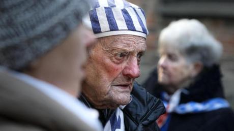 Ein Überlebender nimmt an der Gedenkfeier in Oswiecim teil.