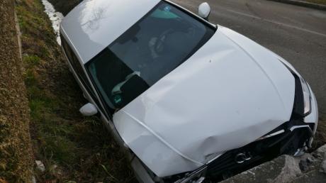 Eine 18-Jährige geriet mit ihrem Auto von der Wolferstädter Straße in Wemding ab, rauschte in den Graben des Doosbachs und prallte gegen eine Brücke. An dem Wagen entstand wohl Totalschaden.