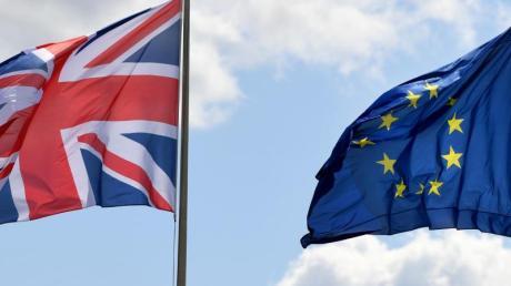 Der britische Union Jack neben der Fahne der EU.