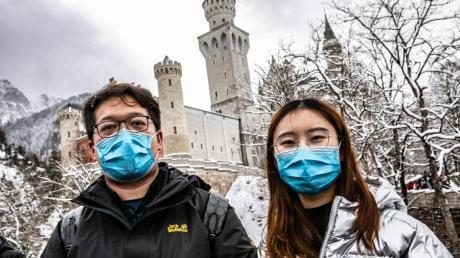 Nur mit Mundschutz sind viele Chinesen rund um die Königsschlösser Neuschwanstein und Hohenschwangau unterwegs.