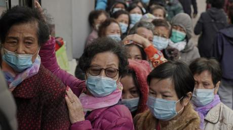 In Hongkong stehen Menschen Schlange, um Mundschutzmasken gegen das Coronavirus zu kaufen.