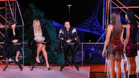 Staffel 15 von GNTM startete gestern am 30.1.20 mit Folge 1. Neben Heidi Klum (m.) saß  auch Schauspielerin Milla Jovovich (l.) in der Jury. Der Nachbericht zur ProSieben-Show.