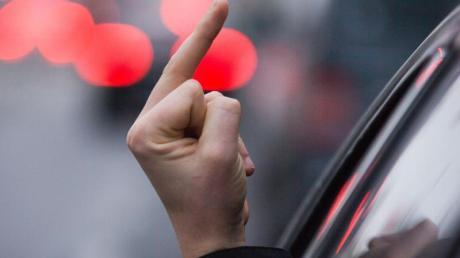 Ein junger Autofahrer realisierte erst spät, dass er Polizisten den Mittelfinger gezeigt hatte.
