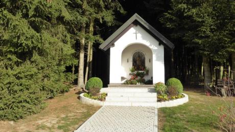 Im Jahr 1987 haben Michael und Anni Strasser eine neue Isidorkapelle am Waldrand im Osten von Baindlkirch gebaut.