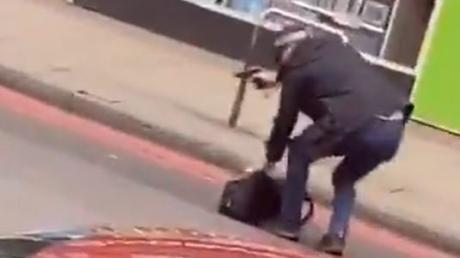 Dieses Twitter-Videostandbild zeigt einen bewaffneten Polizisten auf der Streatham High Road.