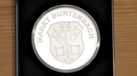 Die neue Bürgermedaille des Marktes Burtenbach.