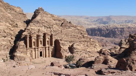 Die Ruinenstadt Petra von oben gesehen und die jordanische Wüste im Hintergrund.