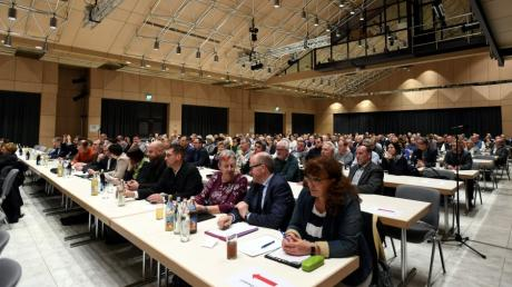Über 200 Gemeinde- und Stadträte waren zur gemeinsamen Sitzung von 13 Kommunen zum Dritten Gleis nach Neusäß gekommen.