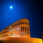 KW 2.  Nachtaufnahme neues Gebäude in der Stettenstraße.