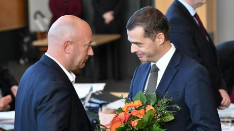 CDU-Fraktionschef Mike Mohring (r) gratuliert dem neuen Thüringer Ministerpräsidenten Thomas Kemmerich (FDP).
