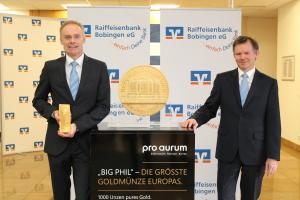 """""""Big Phil"""" zu Gast in der Raiffeisenbank Bobingen (von links): Thomas Zuber und Albert Rott (Vorstände Raiffeisenbank Bobingen) präsentierten stolz die größte Goldmünze Europas."""