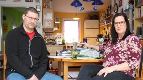 Mathias und Kirsten Kuglstatter am Küchentisch ihres Hauses in Kissing. Nach dem Schlaganfall von Mathias Kuglstatter kämpfen die beiden mit den Behörden.