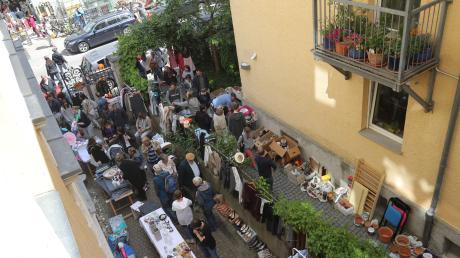 Hofflohmärkte wie hier im Bismarckviertel sind ein Zeichen dafür, dass viele Augsburger ihrem Stadtteil verbunden sind.