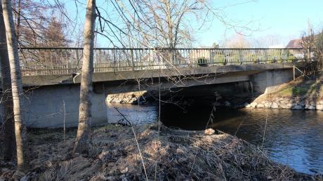 Die Brücke über die Schmutter in Siegertshofen muss saniert werden.