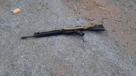 Ein vom mutmaßlichen Mörder benutztes Gewehr liegt auf einer Straße in Korat. Der Amokläufer tötete insgesamt 26 Menschen, 57 wurden verletzt.