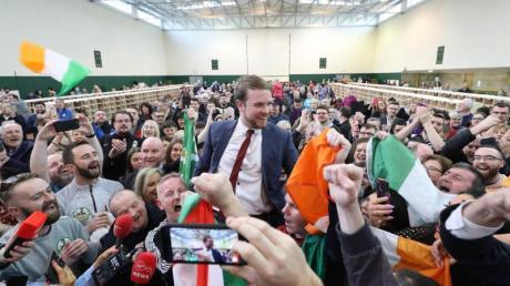 Donnchadh O Laoghaire (M), Abgeordneter der linksgerichteten Partei Sinn Fein, hat bei der Auszählung der Stimmen allenGrund zur Freude.