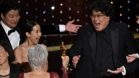 "Oscars 2020: Bong Joon Ho, Regisseur des Films ""Parasite"" nimmt bei der 92. Verleihung der Academy Awards den Oscar für den besten Film entgegen"