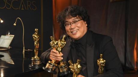 """Bong Joon-ho zeigt seine vier erhaltene Oscars für den Film """"Parasite"""" bei der diesjährigen Oscar-Verleihung im Dolby Theatre."""
