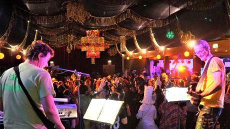 Die Band 4-Taktler heizte den Gästen beim Meringer Feuerwehrball gehörig ein. Die Mehrzweckhalle war mit bunten Girlanden geschmückt, die Stimmung brodelte.