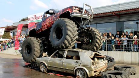 Das Stunt-Team zeigt in Friedberg spektakuläre Monstertruck-Tricks.
