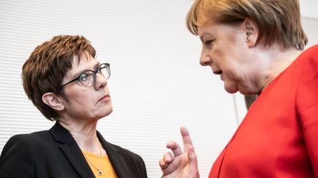 14.05.2019, Berlin: Bundeskanzlerin Angela Merkel CDU,r spricht mit Annegret Kramp-Karrenbauer, Bundesvorsitzende der CDU, vor Beginn der Sitzung der CDU/CSU Bundestagsfraktion. Foto: Michael Kappeler/dpa +++ dpa-Bildfunk +++ | Verwendung weltweit