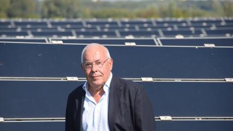Johannes Strasser im Solarpark in Helmeringen, den er entwickelt hat. Am Mittwoch wird Strasser 75.