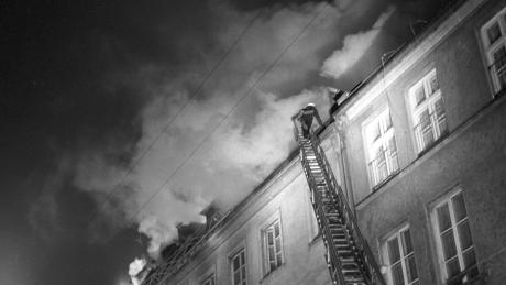 Feuer und Rauch drangen aus dem Dach und aus den Fenstern des Gemeindezentrums in der Münchner Reichenbachstraße 27. Weil zum Zeitpunkt des Anschlags vor allem Rentner dort lebten, hieß es in Berichten oft, es handle sich um ein Altenheim. Doch in den bescheidenen Wohnungen konnte jeder Jude leben. Es war das jüdische Zentrum Münchens. Im Hinterhof des Hauses ist noch heute die Alte Synagoge, die jetzt saniert werden soll.