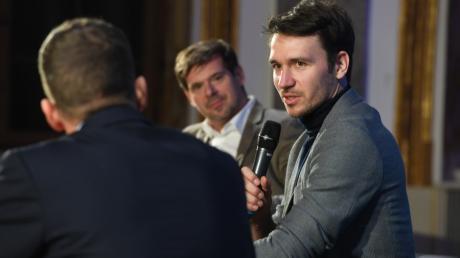 """Felix Neureuther (rechts) im Gespräch Chefredakteur Gregor Peter Schmitz (Mitte) und Andreas Kornes bei """"Augsburger Allgemeine Live""""."""